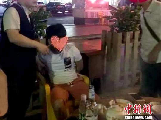 黄某杰被英德市警方抓获。 英德市警方提供 摄