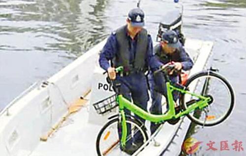 香港推行共享单车 2日内4辆车被丢入河中(图)