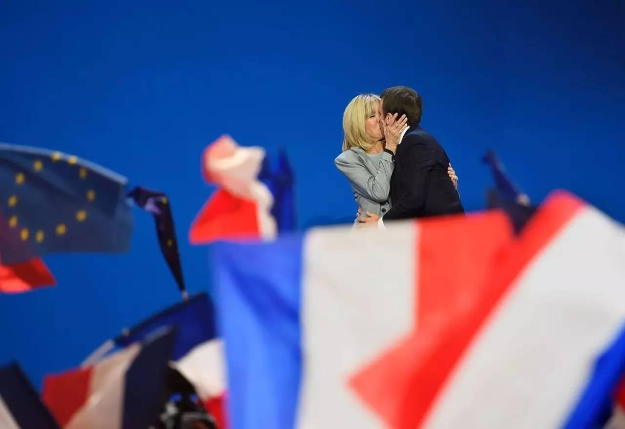 ▲马克龙与妻子拥吻(图片来源:视觉中国)