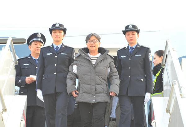 """2016年11月16日,潜逃海外13年之久的""""百名红通人员""""头号嫌犯杨秀珠回国投案自首。"""