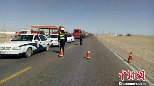 图为交警、路政部门对事发道路进行双向管制 钟欣 摄
