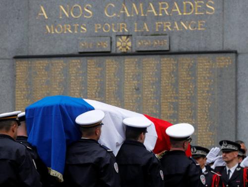 法国为在巴黎香街恐袭中殉职的警官举行国葬。(图片来源:路透社)
