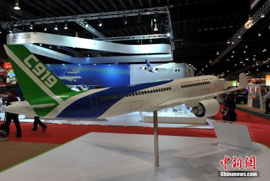 材料图:2014新加坡国际航空航天博览会,中国年夜型客机C919展区。孙自法 摄