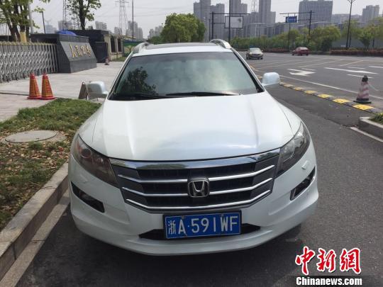 图为:牌号为浙A591WF的歌诗图汽车。 伊芳明 摄