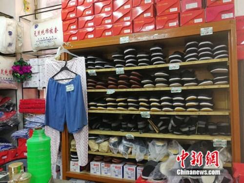 老式布鞋被整起地码放在货架上 中新网记者 张尼 摄