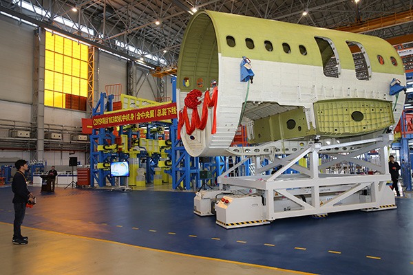 103架机中机身(含中央翼)在上海飞机制造有限公司浦东基地总装下线.