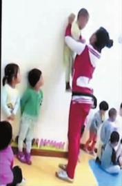 一个孩子被高高举起