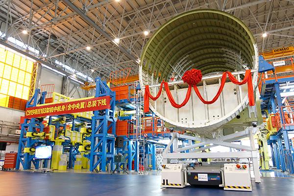 在此次研制过程中,C919飞机103架机中机身段采用了国际先进的自动化装配生产线,机身单块壁板自动钻孔和自动钻铆率达到90%以上。   值得注意的是,通过激光测量最佳拟合技术与自动化对接技术,此次飞机部件总装时实现了自动化装配与数字化测量的集成,这在国内尚属首次。   103架机为国产大飞机C919第三架飞行试验机,根据计划,C919飞机将有6架飞行试验机陆续投入试验试飞任务。现国产大飞机C919已进入首飞倒计时。   4月26日,中国民航总局副局长李健在上海西郊宾馆举办的第一届中欧民用航空安全年会新