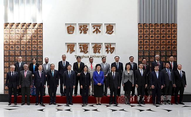 刘延东、陈宝生、江小娟和联盟校领导们合影。