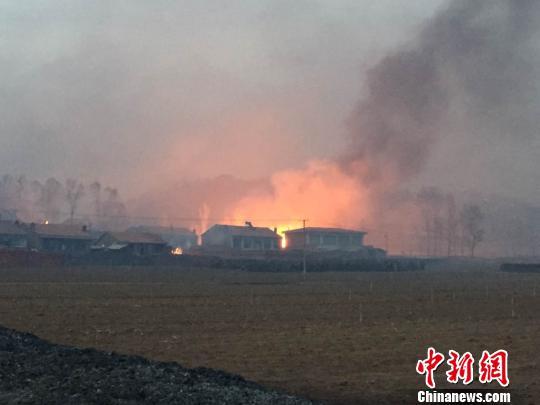 图为山火引燃民房。 张帆 摄