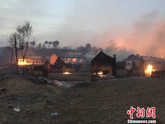 图为被烧毁的房屋。 张帆 摄