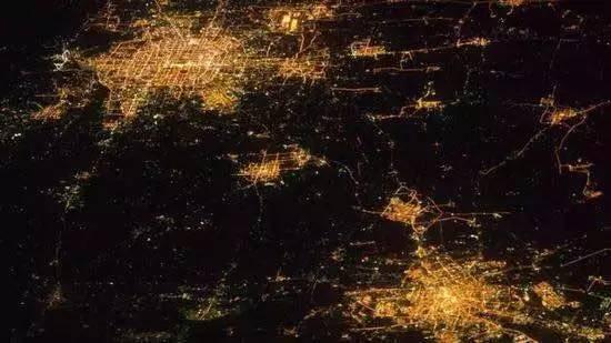 图为北京(左上)和天津(右下)夜晚灯光照片。