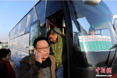 资料图:乘客乘坐北京快速直达专线47路。中新社发 刘亮 摄