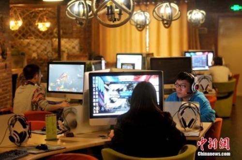资料图:图为在沈阳一家网吧里玩网络游戏的网民。孙昊声 摄