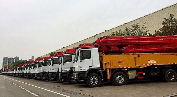 三一重工厂区道路上停放的工程泵车。摄影:蒋瑜沄
