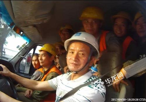小客车里塞满了人。警方供图