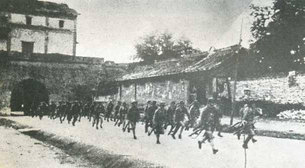 """(图为""""卢沟桥事变""""中,驻守宛平县城的中国军队出城抗击日军)"""