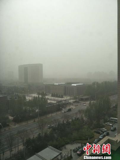内蒙古地区迎来今年最强沙尘暴,图为呼和浩特市被沙尘笼罩。 乌娅娜 摄