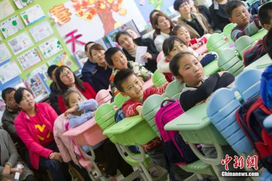 资料图:山西太原,家长们与孩子们同上一堂课,了解孩子们的学习情况。中新社记者 张云 摄