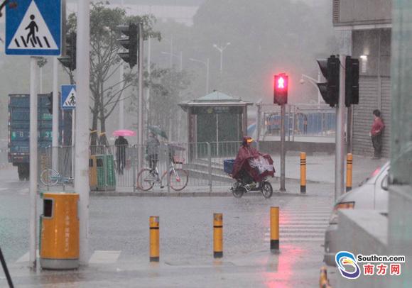 深圳今晨发布雷电和大风蓝色预警