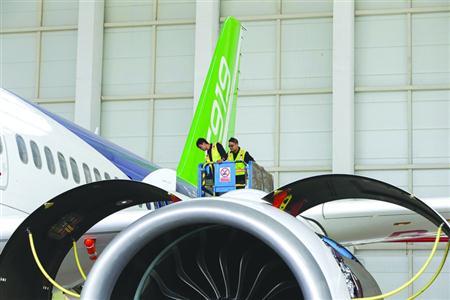 5月3日,工作人员对C919首架机做检查,确保首飞安全。 /晨报记者 殷立勤