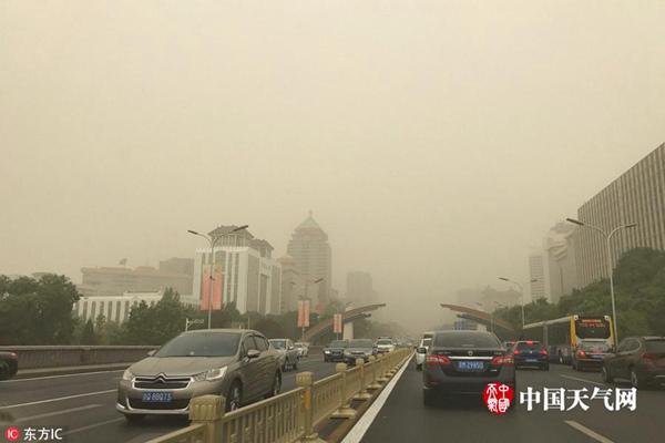 今晨,北京出现明显沙尘天气,天空一片昏黄。
