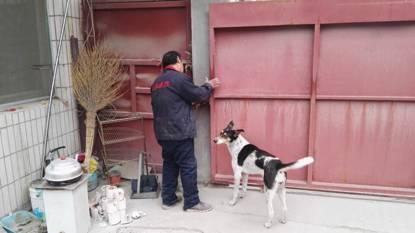 问题企业一人员强行锁门,扣留督查人员。图片来源:环保部官方微信公众号