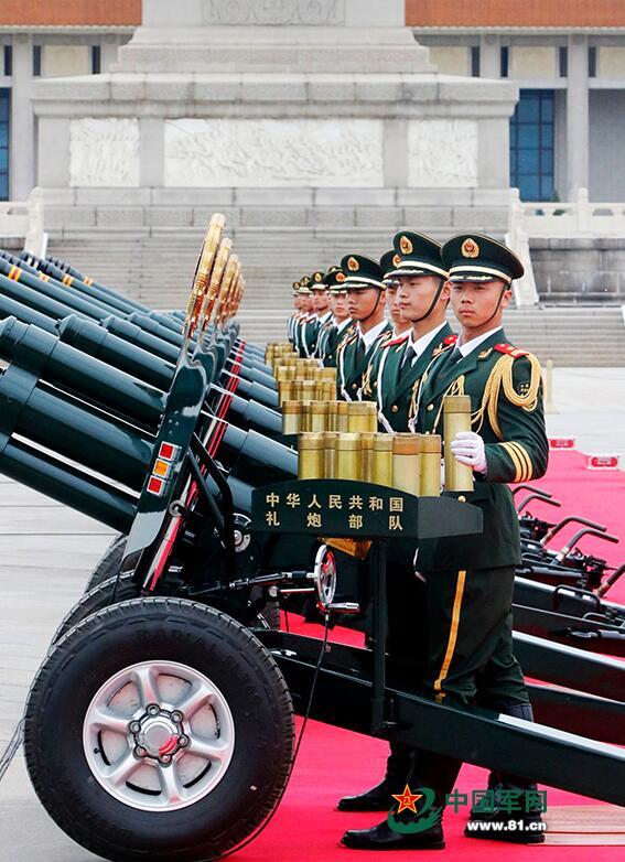 礼炮兵从托弹盘取出炮弹进行装填。龚松 摄