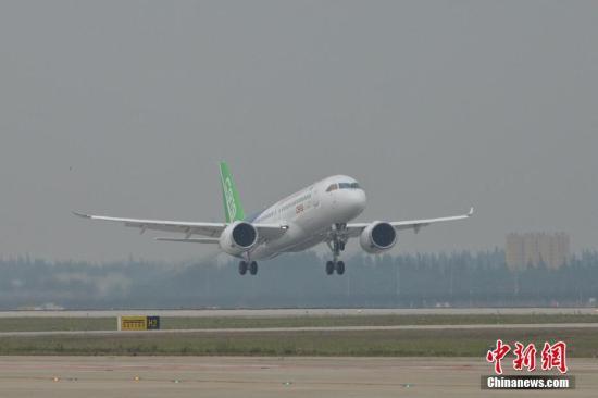 5月5日下午2时许,首架国产大飞机C919在上海浦东机场4号跑道成功起飞。王脊梁 摄