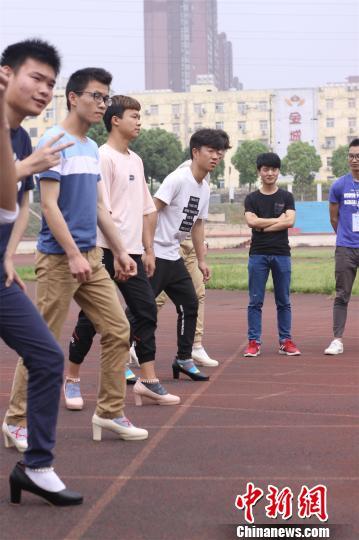 男生们穿高跟鞋准备起跑 吴楠馨 摄