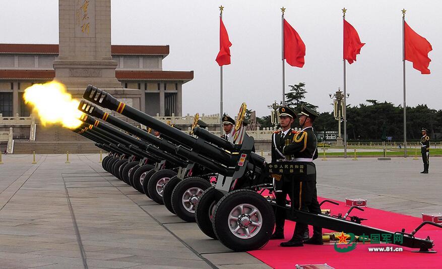 5月3日下午,在欢迎丹麦首相访华仪式上,中国礼炮兵采用立姿动作亮相天安门广场。龚松 摄