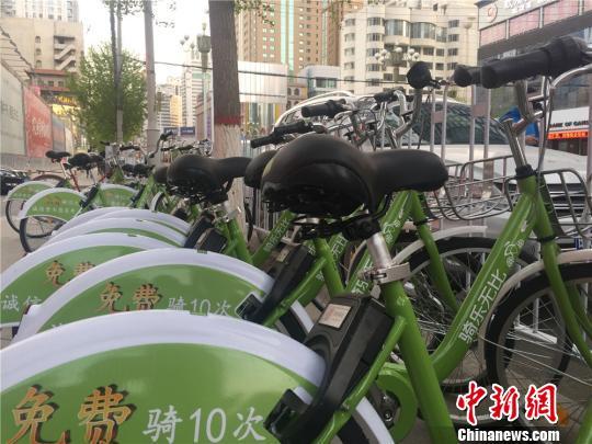 """今年3月,共享单车OFO及酷骑两个品牌进入兰州后,在街头巷尾随处可见""""小黄车""""、""""小绿车""""。 史静静 摄"""