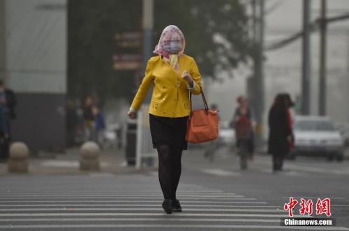 5月4日,北京城区遭沙尘笼罩。中新网记者 金硕 摄