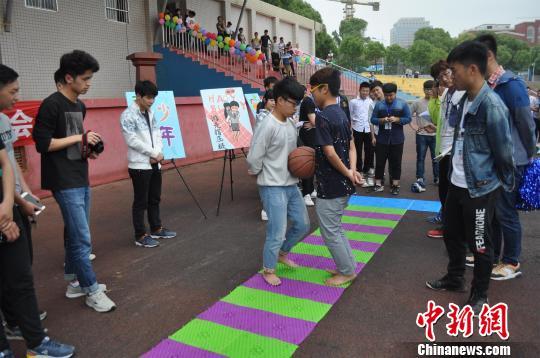 """""""带球""""游走指压板项目旨在让学生体味孕妈妈的不易 吴楠馨 摄"""