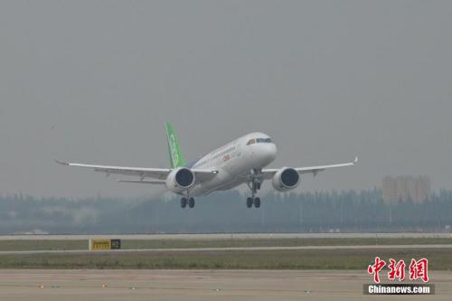 伴飞飞机先于首飞飞机起飞