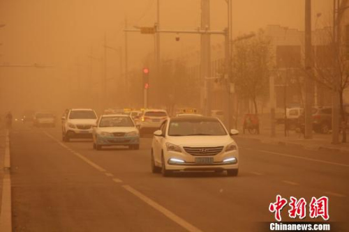 5月4日,内蒙古地区迎来今年最强沙尘暴,图为车辆在沙尘中缓慢行驶。李爱平 摄