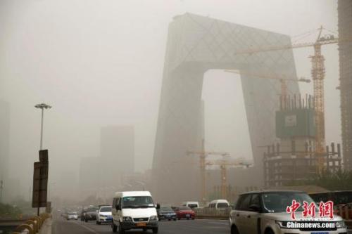 5月4日,北京城区遭沙尘笼罩。中新社记者 富田 摄