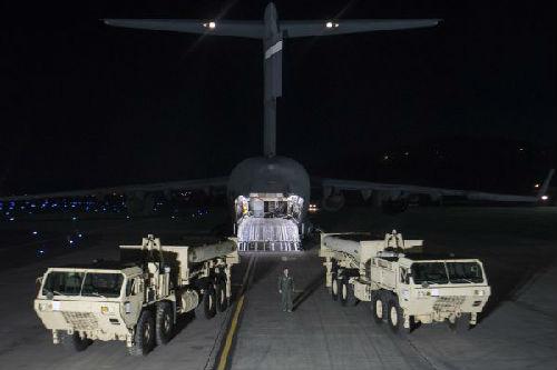 """3月6日晚,""""萨德""""系统部分装备运抵首尔以南约70公里处的美军驻韩国乌山空军基地。新华社发"""