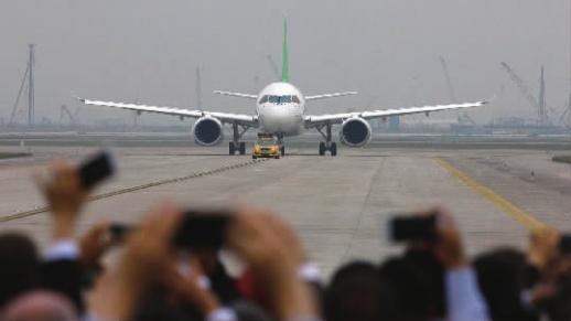 5月5日,c919客机完成首飞,在上海浦东国际机场着陆后在跑道上滑行.