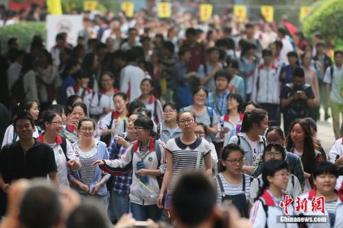 资料图:2016年6月9日下午,大批考生从南京一处高考考点内轻松走出。中新社记者 泱波 摄