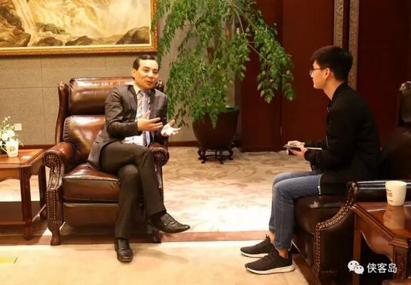 4月26日,吴小晖接受《新京报》专访