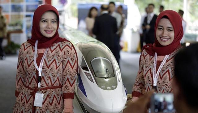 去年初,两名印尼妇女在雅万高铁开工仪式上与高铁列车模型合影
