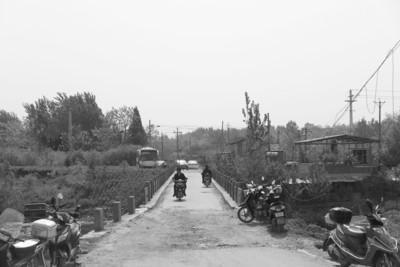 村口破损的小桥