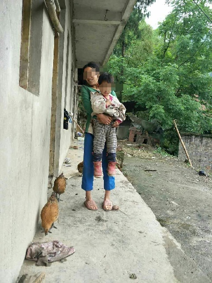 男童的母亲和男童的姐姐。受访者供图