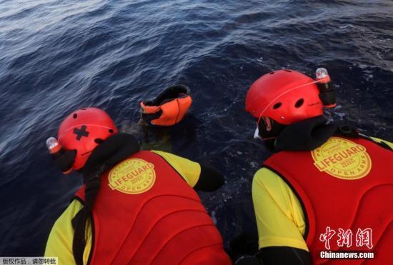 材料图:2017年3月23日,救济职员正在天中海海里上发明船易罹难者尸体。