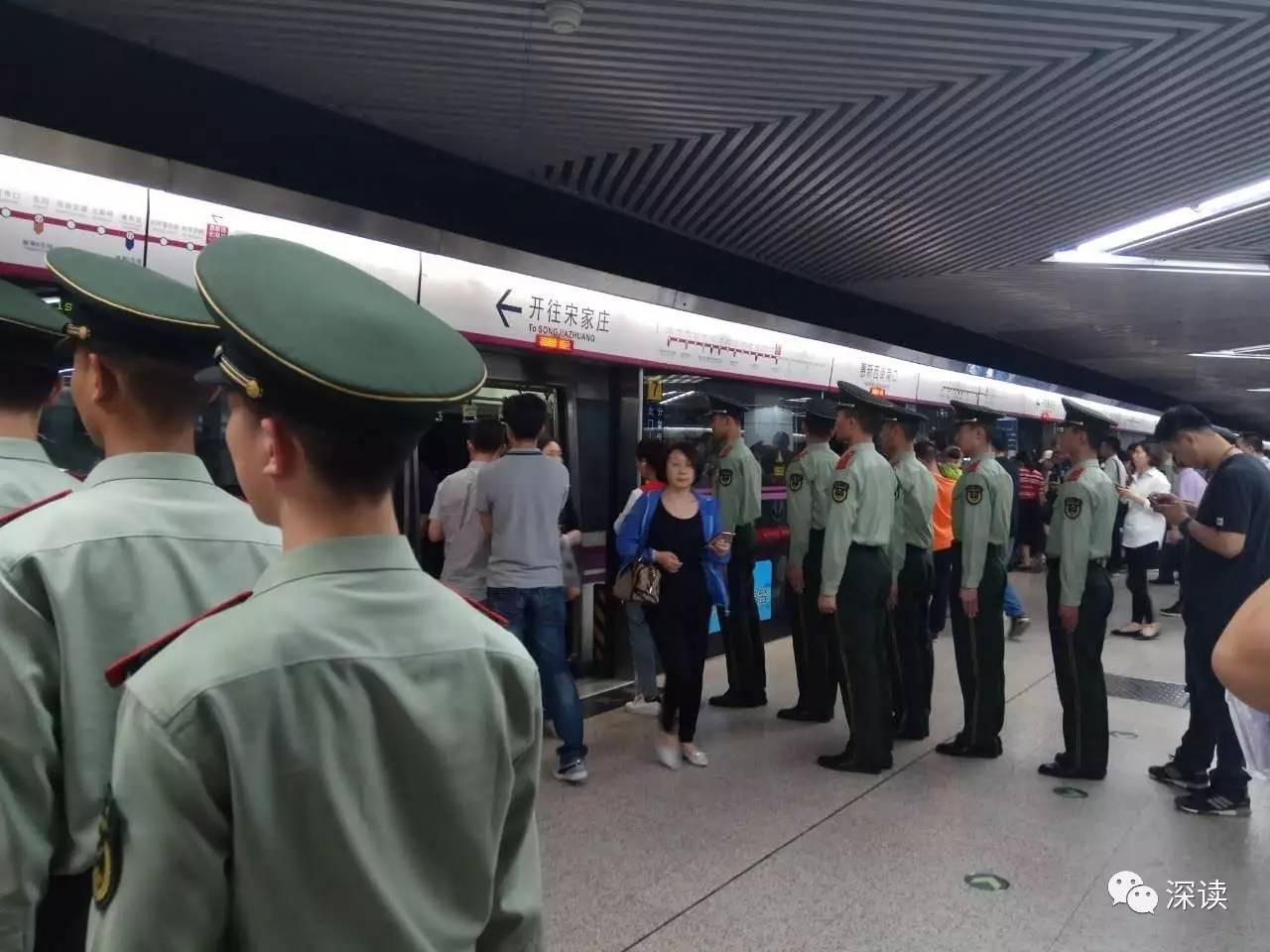 图为记者实地探访,在惠新西街南口站武警战士确如照片中一样列队候车 摄/记者 任小佳