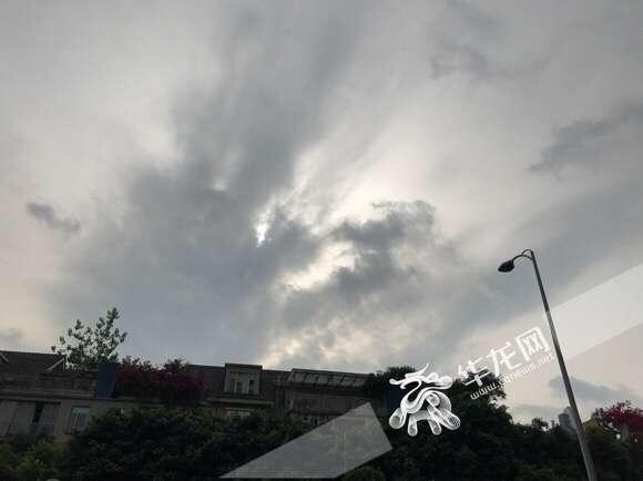 昨夜今晨山城上空闪电1523次 今天夜间还有暴雨冰雹