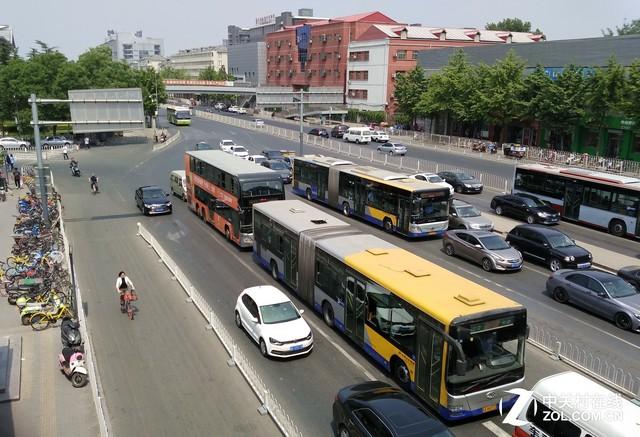 2017年5月9日中午,中关村北公交站旁,几辆正在等待红绿灯的公交车