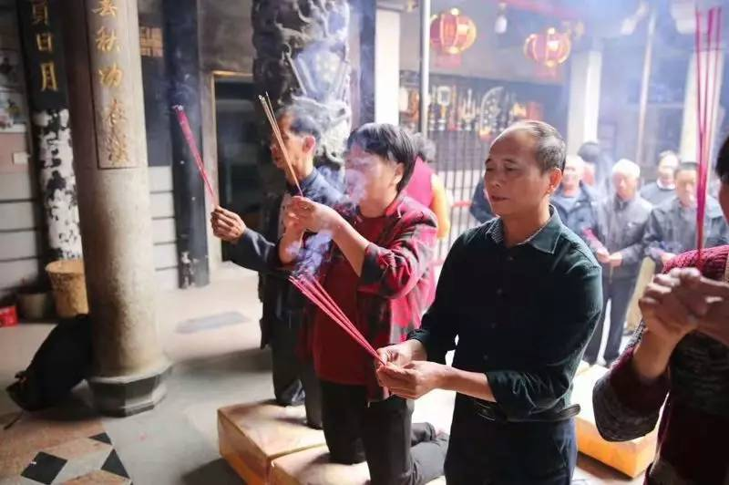 破除婚禁前,月亮埔和梧山村的村民代表去关帝庙抽签问吉。受访者供图