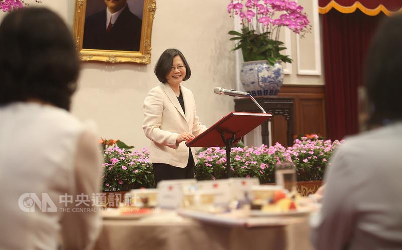 蔡英文接见第24届台湾十大杰出爱心妈妈慈晖奖获奖人员